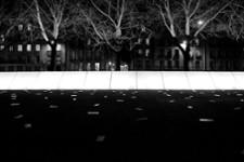 Vendredi. 19h03. Esplanade du mémorial de l'abolition de l'esclavage. Clic. Cette photographie interroge la capacité des monuments à mettre en lumière une mémoire dans la ville et dans les vies. Elle confronte les traces du passé, présentes sur les...
